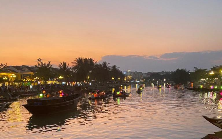 light show in the lake vietnam
